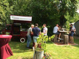 Mobiele wijnbar De Vrolijke Druif bij een tuinfeest